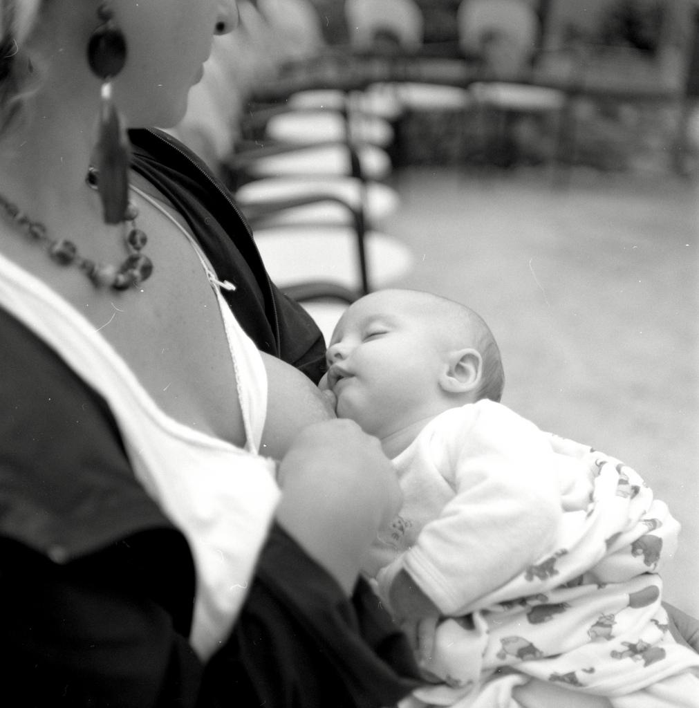 breastfeed-baby-mum